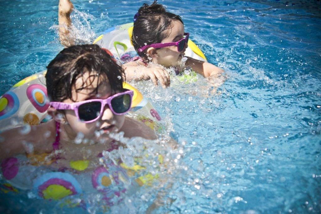 segurança na piscina piso antiderrapante