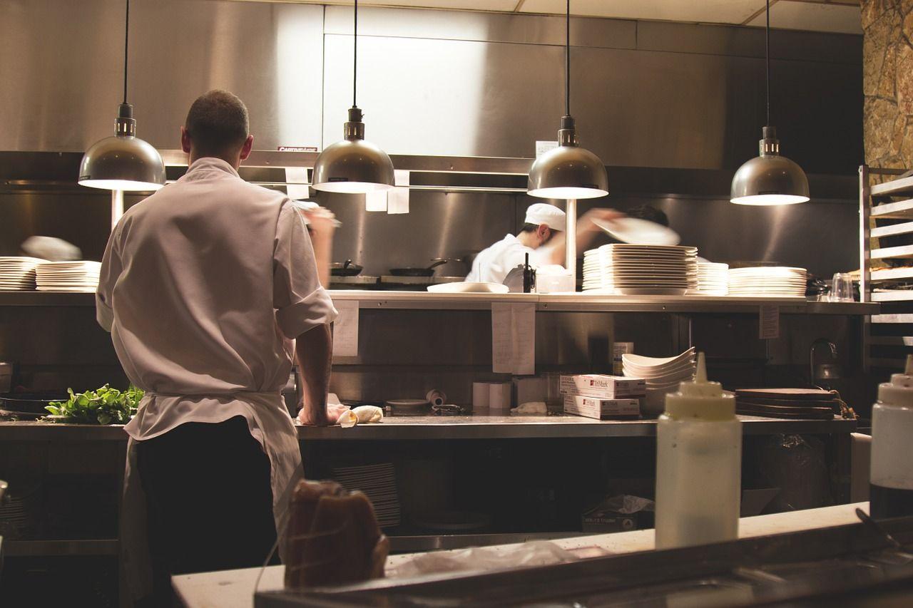 como escolher piso para cozinha industrial impermeável e antiderrapante